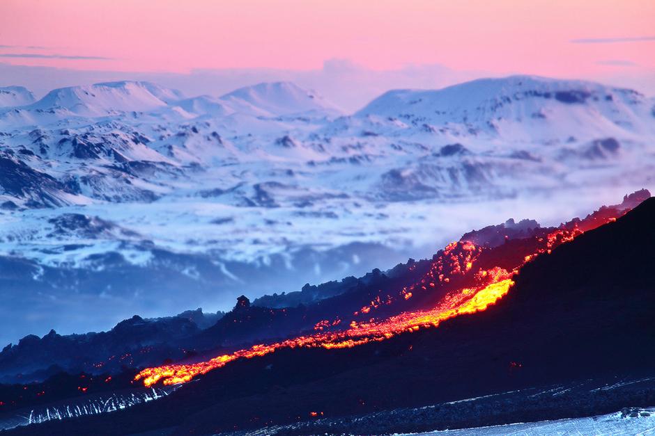 摄影师冒险拍摄绚丽北极光和发光火山熔岩