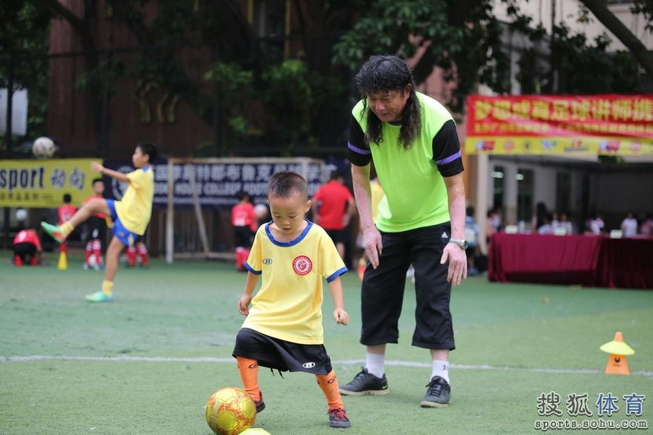 高清:足协足球讲师进校园 普及足球一对一指点