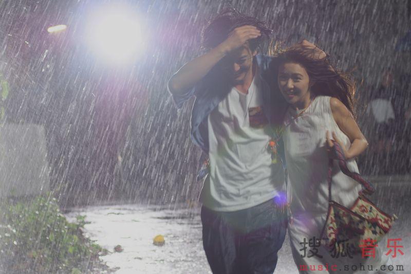 一个人雨中伤感淋雨男qq头像