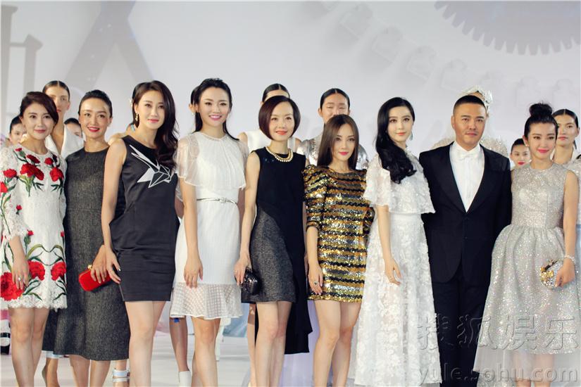 搜狐娱乐讯 9日22月,著名造型师、服装设计师张帅举办了个人品牌ZHANG SHUAI的2016春夏成衣&高级定制时装发布会,与一众好友及媒体回顾了他从业20年来的心路历程。整场发布会紧扣主题时光之眼,每一件作品都将华美与技术感完美融合,赢得了众明星好友的极力称赞。拥有高超造型功底的设计师张帅一直深受时尚圈、娱乐圈众多名人信赖,当晚,张帅多年好友、著名主持人陈鲁豫以一袭黑色拼接短裙亮相,其着装与当晚主题时光之眼的技术感完美呼应,举手投足间都将她率性干练的优雅气质表现地淋漓尽致。此外,著名演员李冰冰、