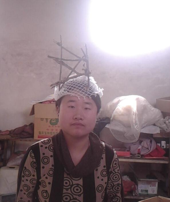 奇葩设计师爆红网络 锅碗瓢盆裹身头顶菜刀