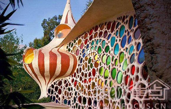 许多人都好奇居住在贝壳中的生活会是什么样的,这一想法启发了墨西哥建筑师哈维尔赛诺西(Javier Senosiain)。据英国《每日邮报》7月24日报道,作为Arquitectura Organica工作室成员,哈维尔在墨西哥建造了一座名叫鹦鹉螺小屋的仿生建筑。这座小屋正面光滑,有一面巨大的镶嵌着彩色玻璃的墙,阳光透过这些玻璃进入室内,产生一种五彩缤纷的效果。哈维尔在建造小屋时受到了建筑师安东尼高第(Antoni Gaudi)和弗兰克劳埃德赖特(Frank Lloyd Wright)作品的启发,