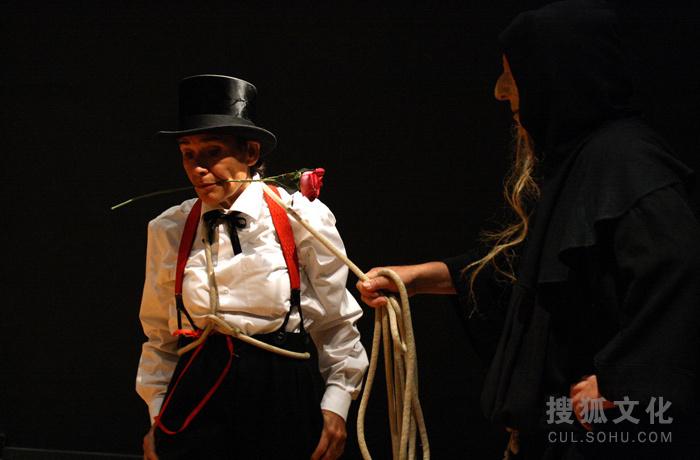 这次的嘉年华会并不假装信仰文明。而是让我们开怀大笑。但是这种笑,会让人们热泪盈眶,感动流泪。嘉年华会展示了人和动物的面具,牵线木偶和碎布娃娃,头骨和骷髅。表演以游行的方式开始,穿插不同的音乐和舞蹈,令我们忆起古时候的演员进入村庄的样子。他们扮演并表现着温顺的熊、丑角、萨巴女王、双性人,还有死亡女神的各式角色。死亡女神在孩子捉蝴蝶的时候将孩子偷走,之后愉快的折磨孩子。这儿还有位老和尚,是一位隐士,他傲慢自大,他悲伤不已好似一个审判长,粗俗不堪好似腐败的神灵。