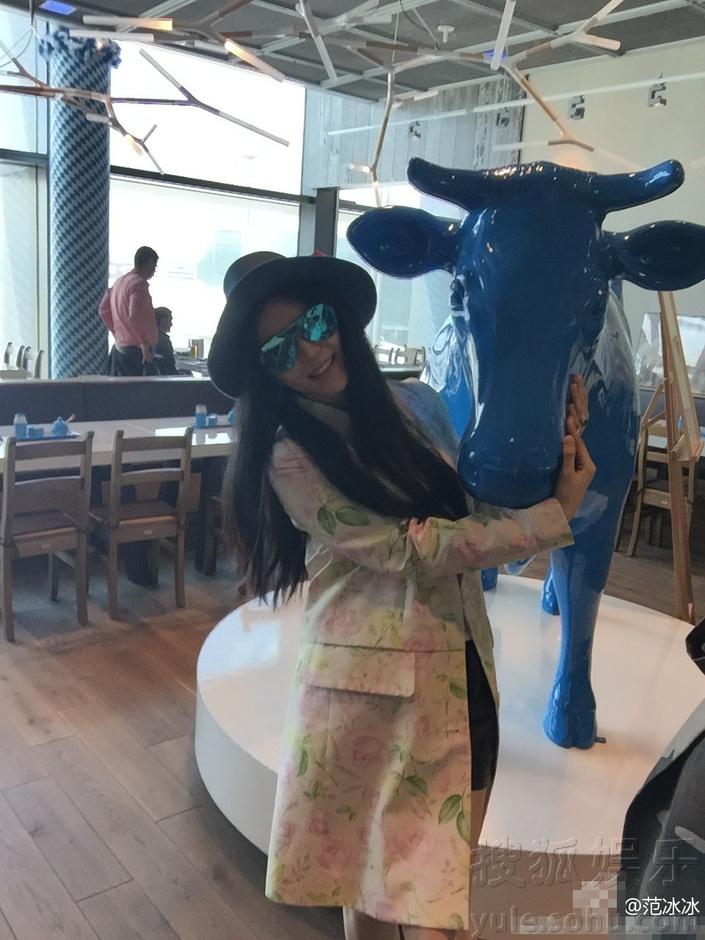 范冰冰与蓝色牛雕塑合影 穿黑色短裤露美腿