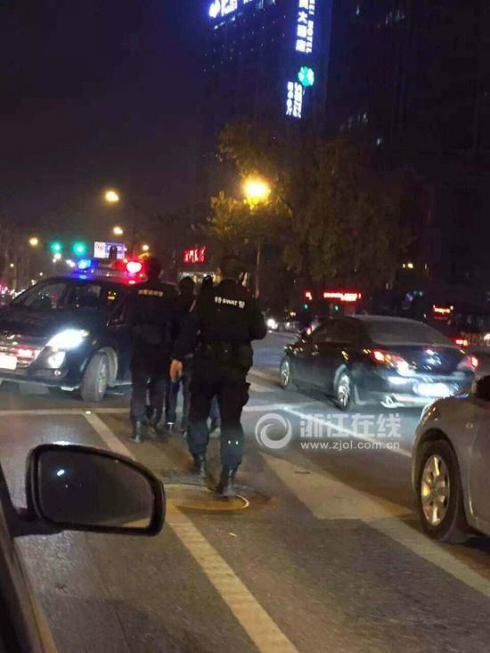 杭州闹市警匪追击战:特警持枪出击 疑缴获枪械