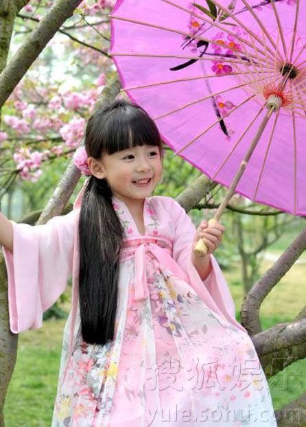 萌照走红 衣袂飘飘娇憨可爱 近日,一名穿汉服在樱花树下玩耍的小女孩