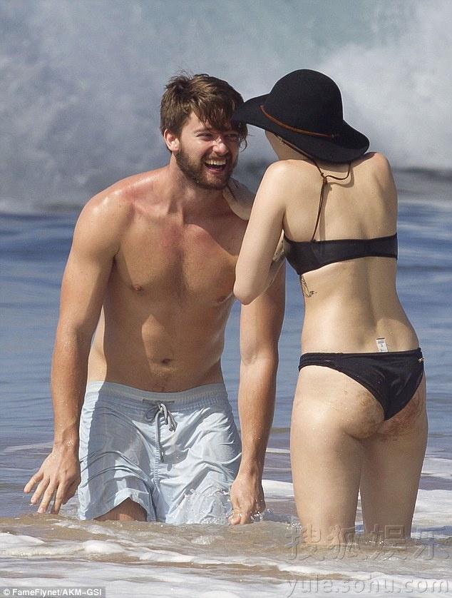恩爱的小两口!麦莉与男友海边戏水 如胶似漆