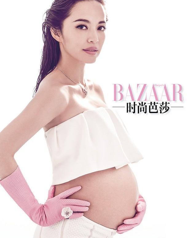 """怀孕后首登杂志封面的她大展独有""""孕""""味的s身型,时尚性感又俏皮可爱"""