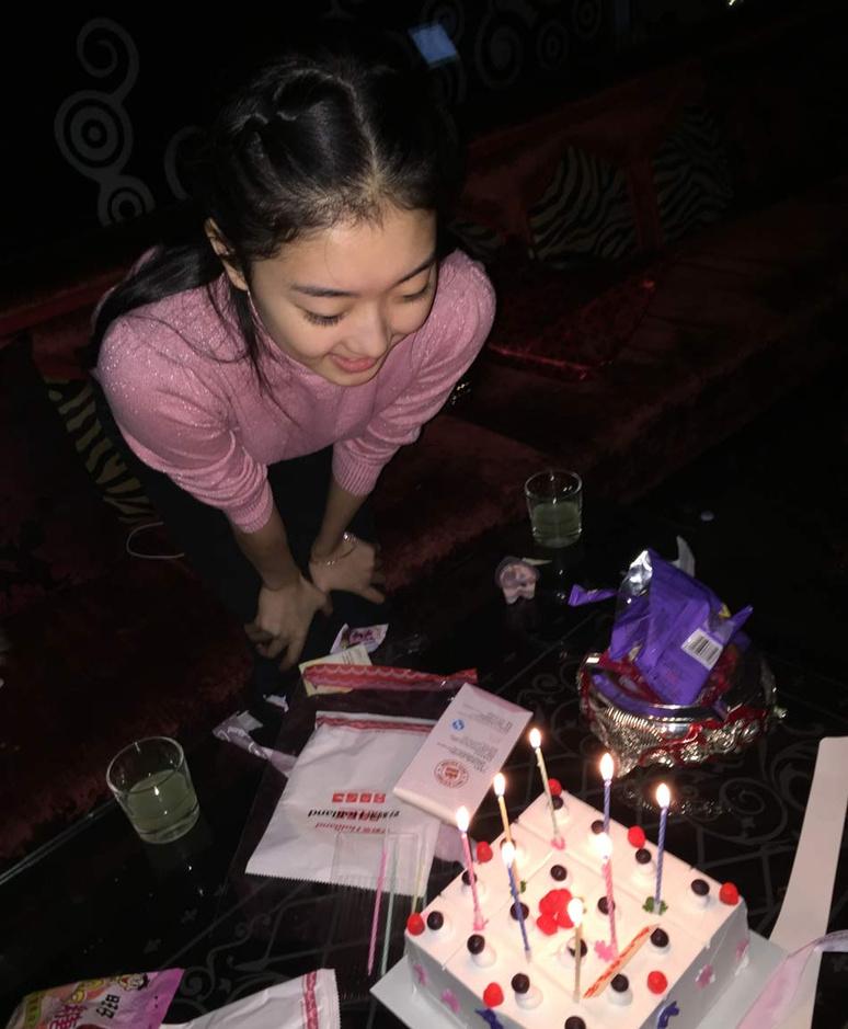 近日,花滑萝莉李子君在微博晒出了庆祝18岁生日的照片,并写道:今天起我也是个大人了不再是小盆友了(好桑心)哈哈,希望今后的一切,都会越来越顺利,Happy birthday to me。李子君还在微博晒出了与母亲的合影,并感慨母爱的伟大:儿的生日娘的苦日,我永远不会忘记18年前的这一刻是麻麻最最痛苦的一刻!18年后的这一刻会是麻麻最最幸福的一刻嘛?