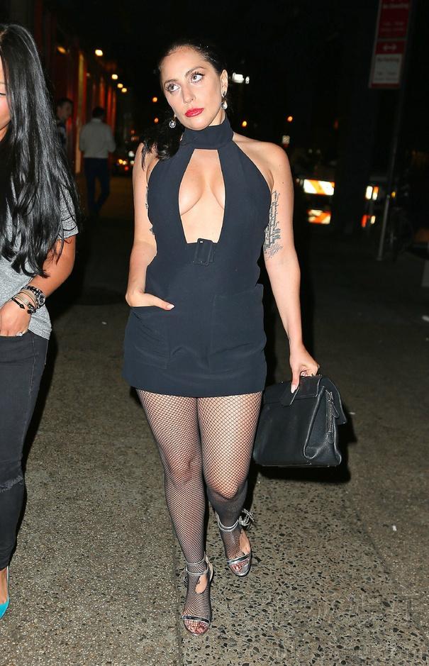怎么销魂怎么走!Gaga出街扭臀露胸翻白眼
