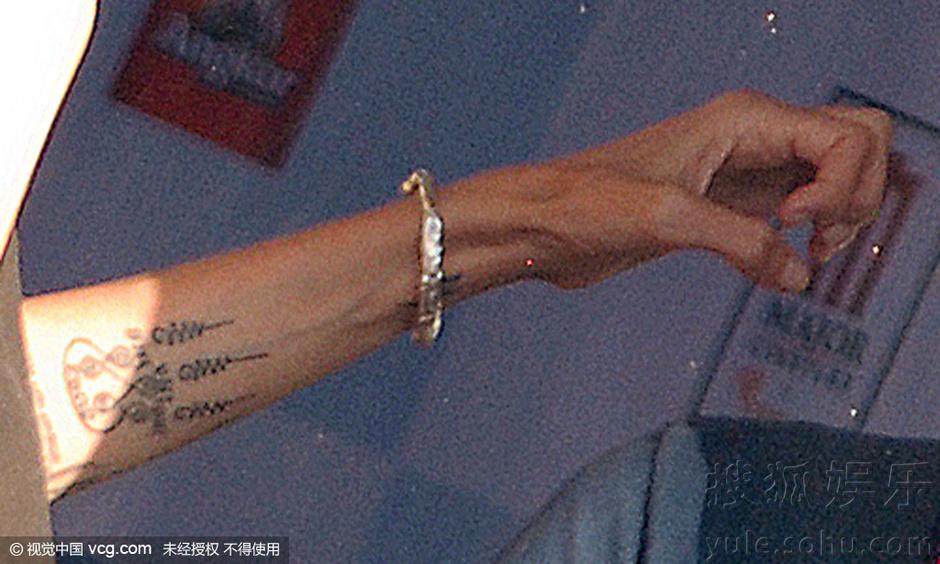 朱莉手臂露新纹身显神秘 瘦到皮包骨美感尽失