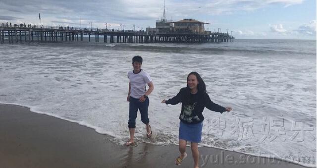 霍思燕与杜江玩躲海浪 娇嗔老公太笨弄湿裤子