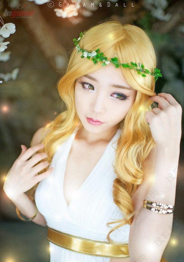 在游戏圈中,螺旋猫是韩国新兴整容的COS团队,团队以出色、专业的动漫游戏Cosplay使团队迅速兴起。其中的成员Tomia是一位27岁(1987年出生)的老成员,但经过发达的韩国整容技术后,她长了一副娃娃脸,犹如一位十岁的少女一样,从她的cosplay作品和素颜照来看,一点也看不出她已27岁的痕迹。