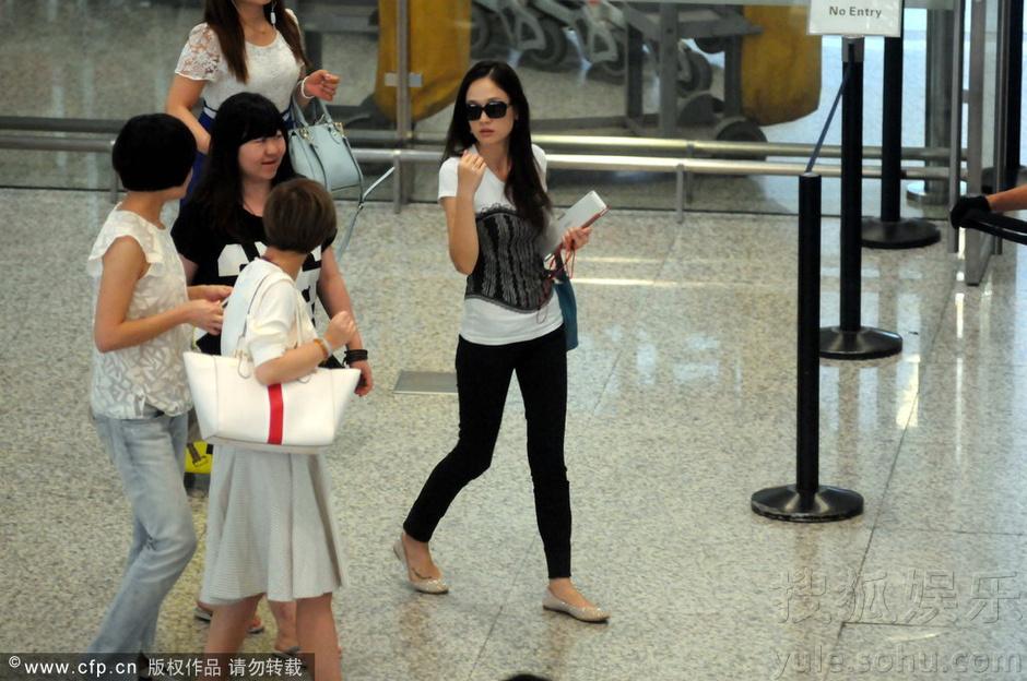 搜狐娱乐讯 2014年09月09日,上海,陈乔恩出现在上海虹桥机场,当天一身休闲装手里拿着ipad的陈乔恩戴着墨镜出现,一路跟着她走出机场的助理主动与接机人员打招呼,而一旁的陈乔恩则是毫无表情的看了一眼对方之后有又径直往前走,来到座驾旁陈乔恩率先坐进车内等工作人员放完行李之后一起离开。