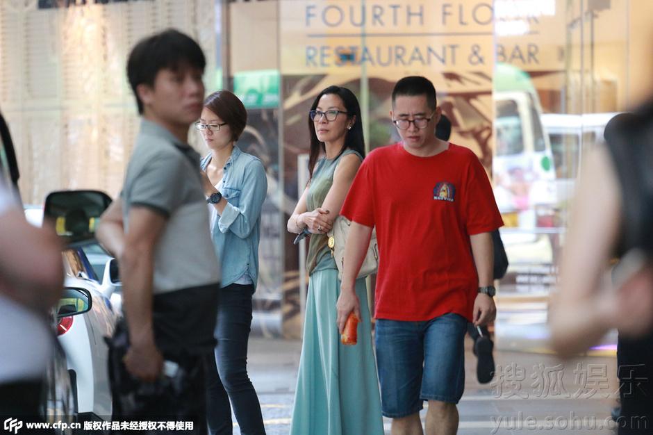 杨紫琼独自现身街头 换墨镜遮素颜显星范儿