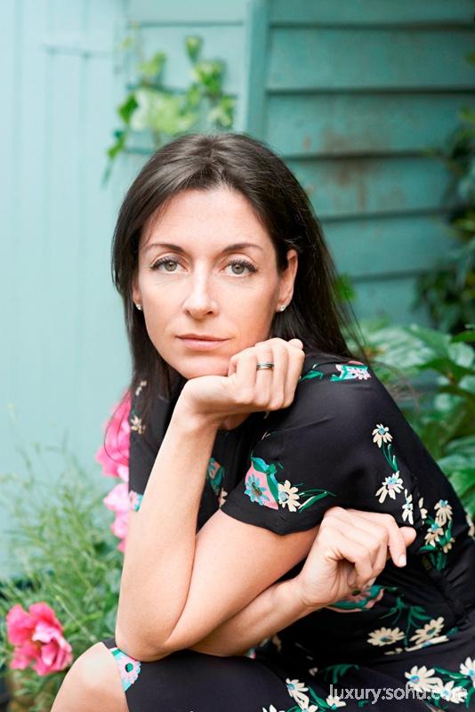 MOMENTS IN LIGHT是戴比尔斯钻石珠宝自2013年起联手才华女性以钻石的永恒之光赞颂生命中的璀璨时刻的活动。2014年,戴比尔斯联手国际著名摄影师玛丽麦卡特尼(Mary McCartney),邀请中国摄影艺术家陈漫、当代艺术家及雕塑家科妮莉亚派克(Cornelia Parker)、著名设计师爱丽丝映波丽 (Alice Temperley)、世界著名舞蹈家、编舞者阿斯祖尔巴顿(Aszure Barton)、伦敦米其林星级厨师斯凯金格尔(Skye Gyngell)五位来自全球各个艺术领域的才华女性