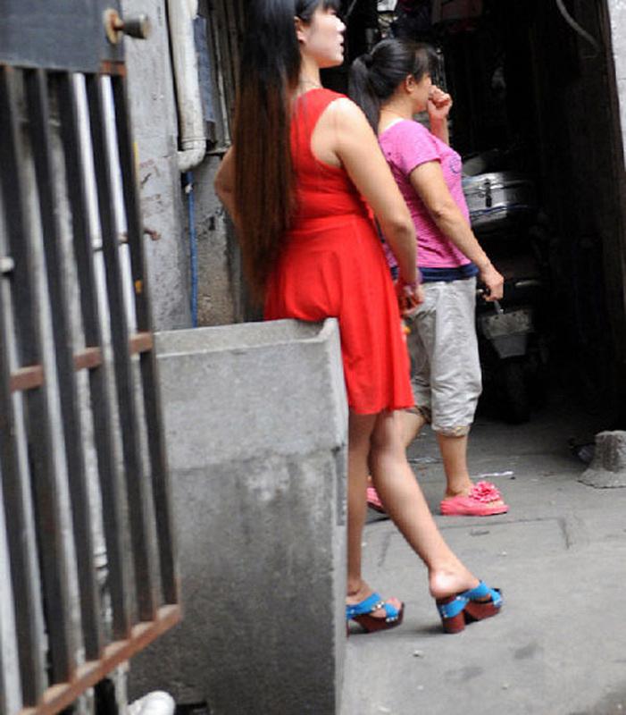 实拍上海的性工作者 衣着暴露三五成群窄巷64