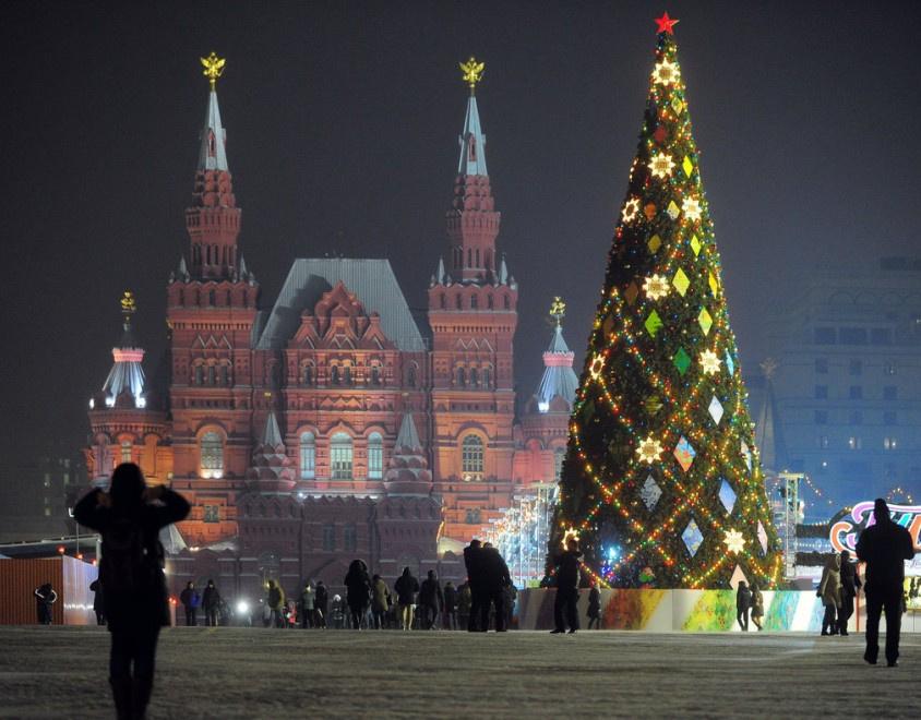 圣诞节即将来临,此组照片为您盘点了全球那些极具圣诞气氛的地标:从耶稣降生的圣地巴勒斯坦伯利恒,到圣诞老人的故乡瓦涅米;从北京王府井、蓝色港湾出发,到东京水族馆里去看圣诞老人,再去一览圣诞期间的莫斯科红场,德国的汉诺威教堂,法国的埃菲尔铁塔、香榭丽舍大街,及老佛爷百货商厦,捷克的布拉格广场,奥地利艺术之都维也纳。您看到的不仅仅有英国的冰雕,哥伦比亚的灯展,还能走上澳大利亚沙滩体验别样圣诞气氛。宅男们还等什么呢 赶快带女神开启浪漫之旅吧!图为俄罗斯莫斯科,圣诞和新年即将到来,城市街头张灯结彩。