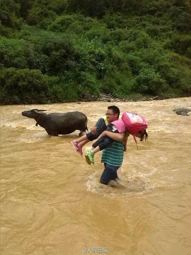 云南一小学师生涉水过河上学