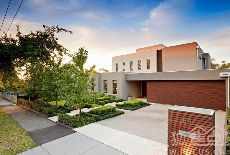 这栋低调简约的别墅位于澳大利亚的Surrey Hills。Surrey Hills是墨尔本里众所周知的富人区,当地人盛赞这里治安好,环境优美,安静舒适的气氛绝对是居住的不二之选。并没有过多的装饰,也没有引人注目的前卫设计,这栋米白色的别墅最让人印象深刻的估计就是门前花园那经过完美修建的园林绿化。