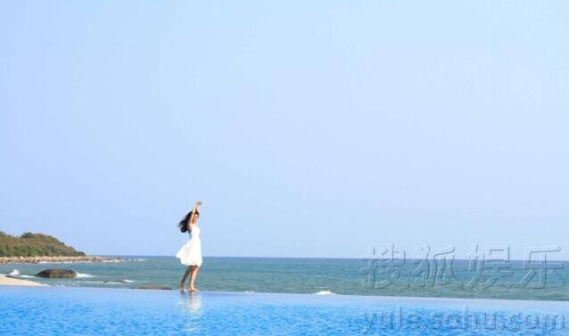 """李冰冰晒海边""""水上漂"""" 碧海蓝天拍广告(组图)-广西"""