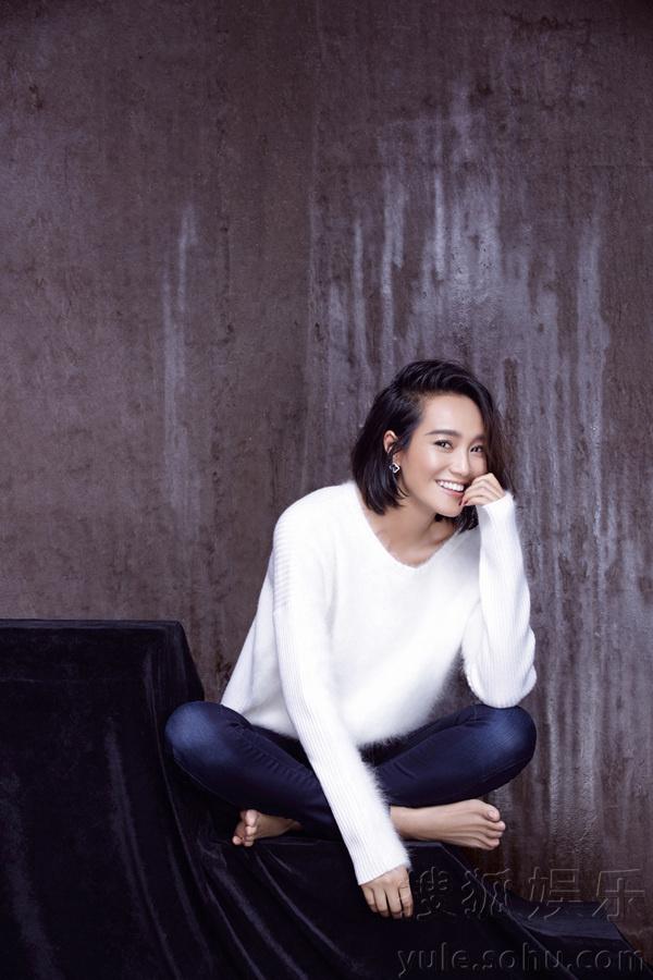 微笑光脚的少女_镜头中的朱丹光脚而坐,随性自然,笑容温暖而真诚,亲和力满满,让人一扫