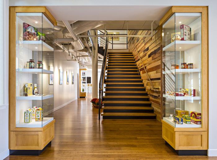 食品公司Newmans Own 在美国康乃狄克州•韦斯特波特的新办公室由CPG Architects 设计。真实性是Newmans Own 和CPG 设计团队一致认同的办公室应该有的重要共同核心价值,新的办公室环境就应该营造出这样的感觉,就像第二个家一样,所有功能都应该齐全。CPG 想抓住Newmans Own 公司的精髓,文化、荣誉,运用在办公室设计上。 一楼的是聚会和合作空间,内有公用厨房、餐厅、会议室和户外庭院。二楼和三楼的办公室区域,法式风格的玻璃门和灯带,营造出温暖、明亮且多彩的环境