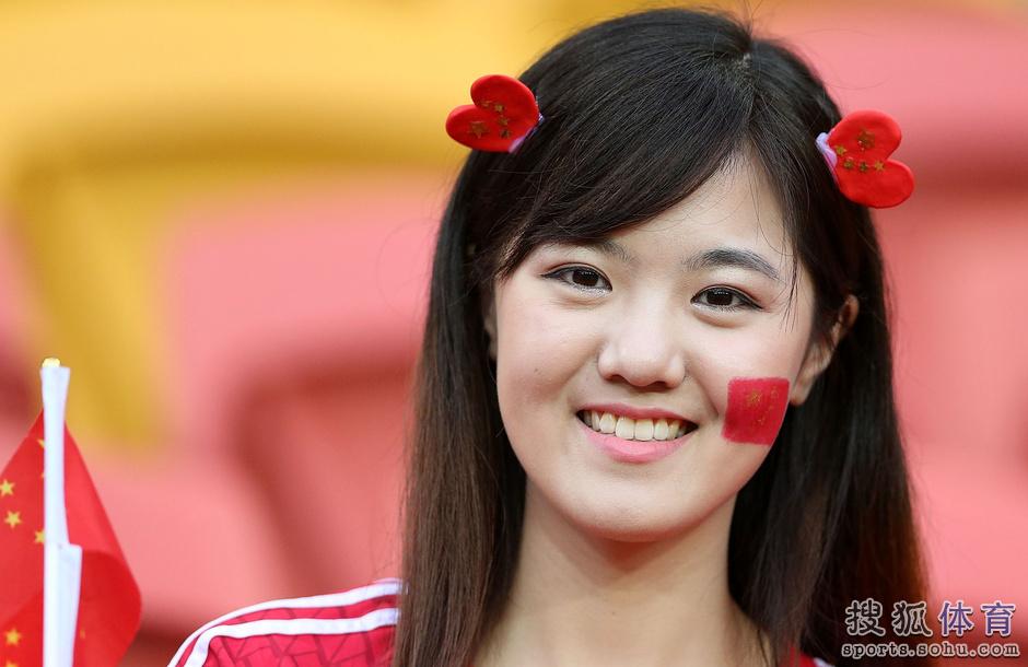 亚洲杯14日美女汇总:清纯妹惊为天人 胸插国旗