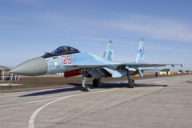 俄罗斯空军利佩茨克航空训练中心是今年胜利日阅兵式空军方队的主要训练基地。首次亮相阅兵式的苏-35S也在此训练。俄空军一共派了4架苏-35S战机从阿穆尔河畔共青城的飞机厂转场飞行6000多公里,来到这里训练。虽然有7架战机,可阅兵式当天只能有4架正式参加阅兵式。