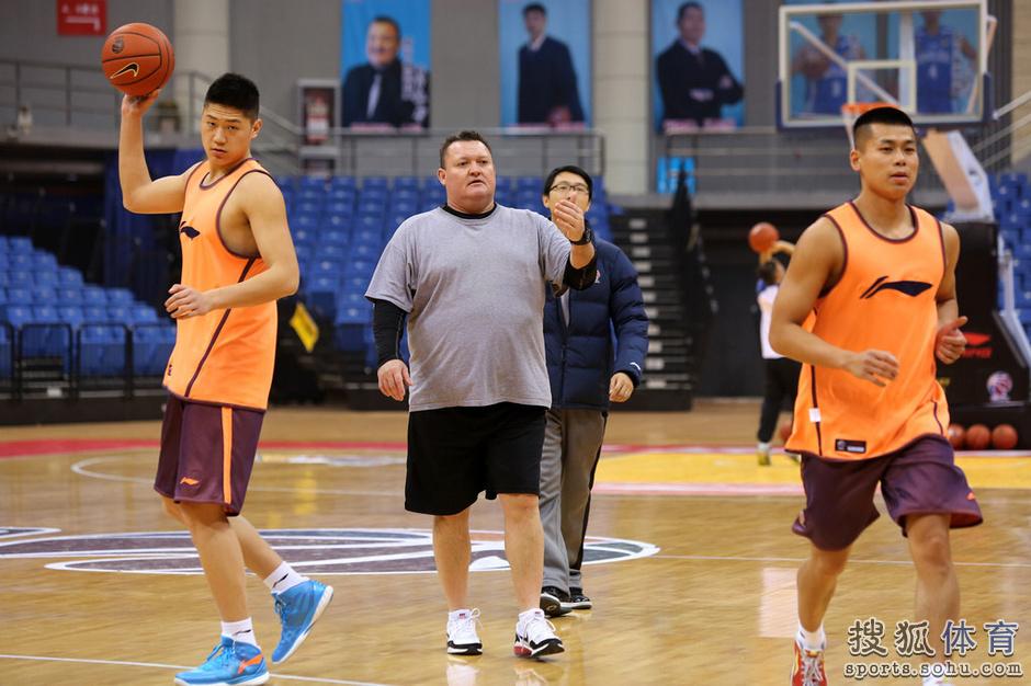 北京时间2014年1月1日上午,青岛双星男篮在自己的主场国信体育馆进行
