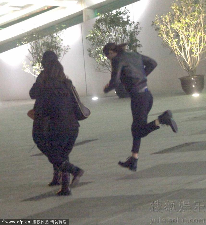 李咏携全家看艾薇儿演唱会 女儿法图麦穿黑丝