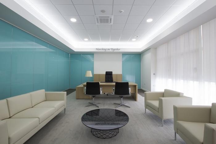 Absolute商业室内设计和RU Creative联合为利兹联合足球俱乐部设计了坐落于英国利兹市的新办公室。这不是一间普通的办公室,所以在设计上要和其它的办公室有些区别。两个设计团队在设计中反映了利兹联合足球俱乐部的历史,如用木制相框展示俱乐部球衣。设计中多种足球元素的使用使办公室成为一个能激励和鼓舞员工的体育主题空间。