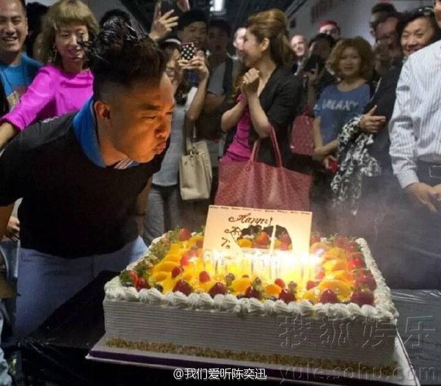 陈奕迅庆41岁生日 面对蛋糕双手合十虔诚许愿