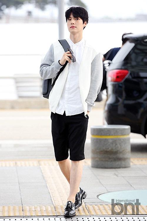 安宰贤现身仁川国际机场 不戴口罩露帅气脸庞