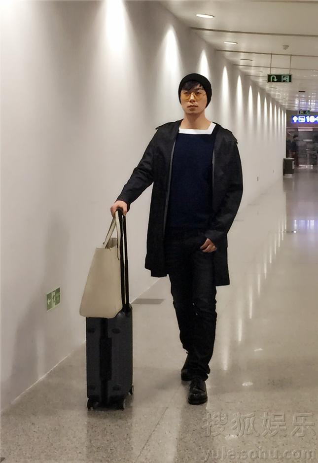 朱亚文开启米兰时装周 机场休闲装带冷帽