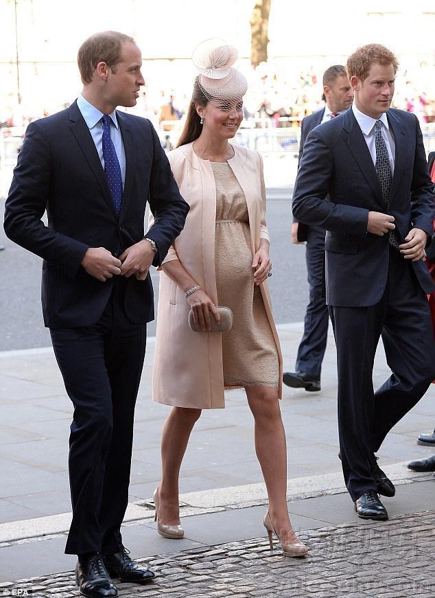凯特王妃挺肚庆女王加冕60周年 面带微笑显亲民