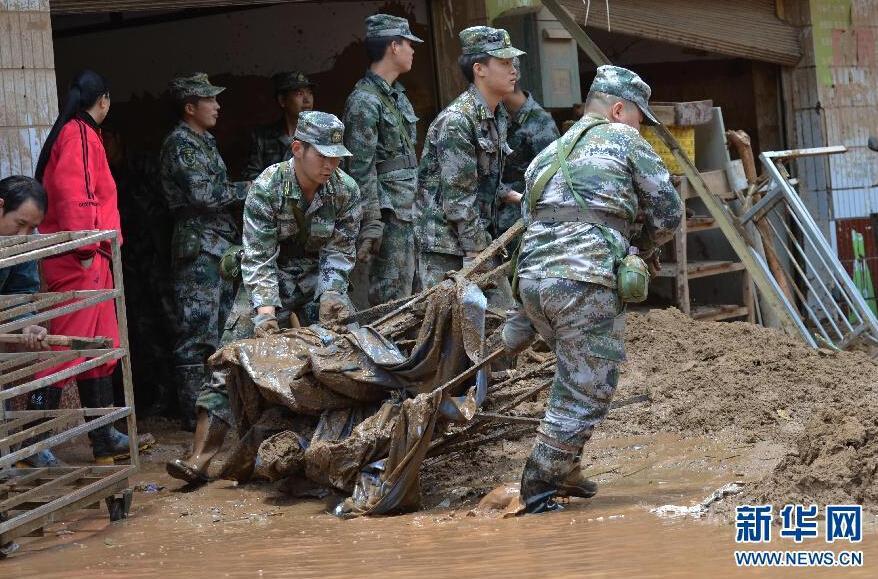 云南鱼洞乡突发洪灾 汽车被冲上墙2015.5.12 - fpdlgswmx - fpdlgswmx的博客