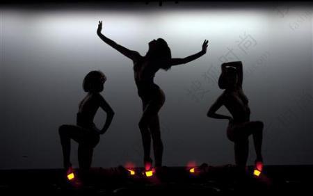 农村大棚裸舞表演_疯马艳舞团赴香港表演:\