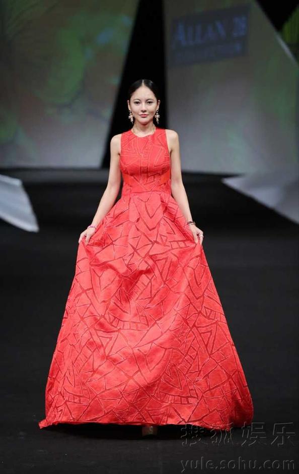 樊蕊为好友设计师走秀  完美演绎优雅华丽