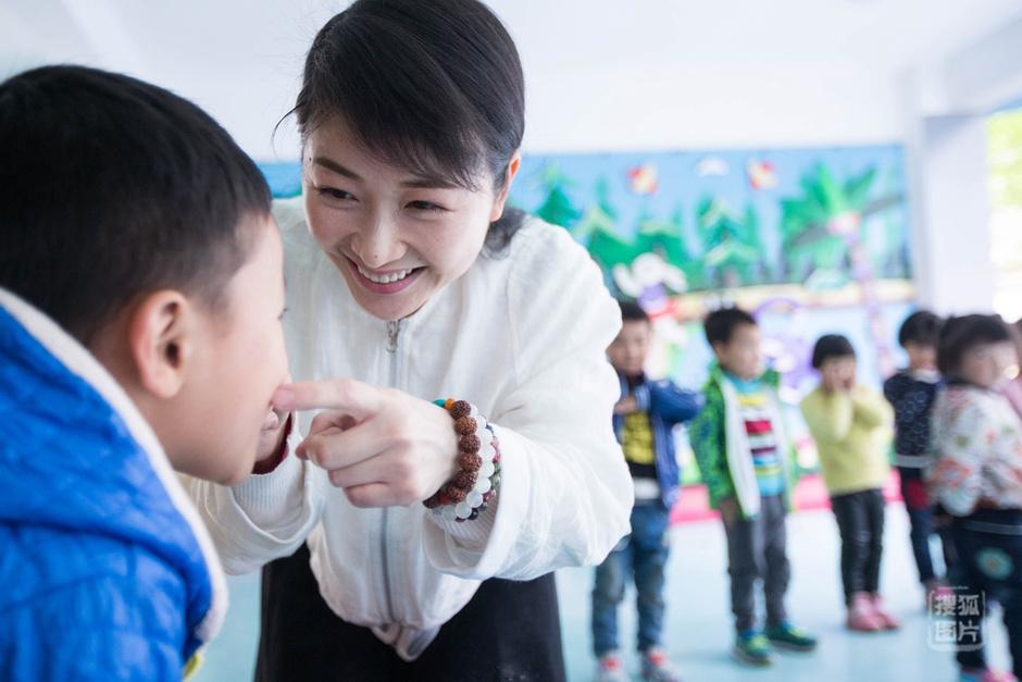 在白天的工作里,她和幼儿园的小朋友做游戏,画画,读书,细心又温柔的