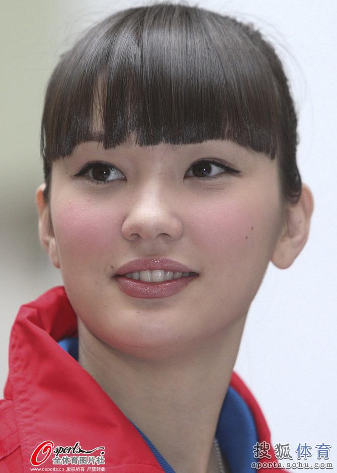 高清图 哈萨克美女排球手走红 长腿 可爱苹果肌