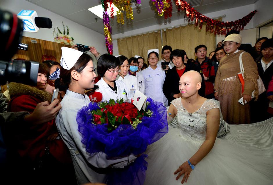 癌症女孩完婚 生死爱情感动众人 新闻图片库
