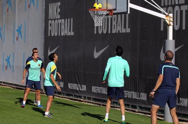 在巴萨本周五的训练当中,梅西向人们展示了他除了足球外另一项天赋。在训练场上,阿根廷天王同马斯切拉诺一起,为大家上演了一出精彩的头球接力并最终投篮得分。两人不间断的用头将皮球来回传递,在将皮球成功传至篮球筐下方后,马斯切拉诺顶出一记高弧度的传球,梅西随即跟上一记精准的头球冲顶,皮球在击打篮板后反弹入筐,一旁的主帅马尔蒂诺也对爱将的精彩表演赞赏有加。