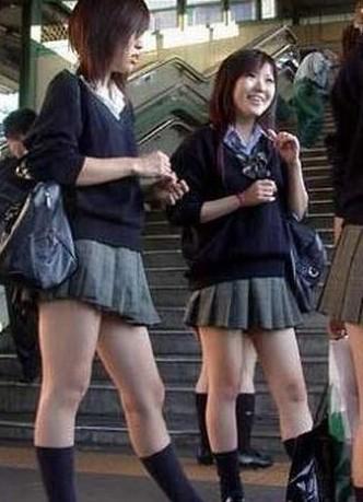 实拍日本女生校服照 衣不遮体裙难遮臀图片