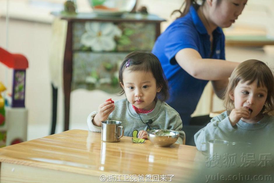 可爱!甜馨吃饭萌照曝光 安静趴桌子变小公主