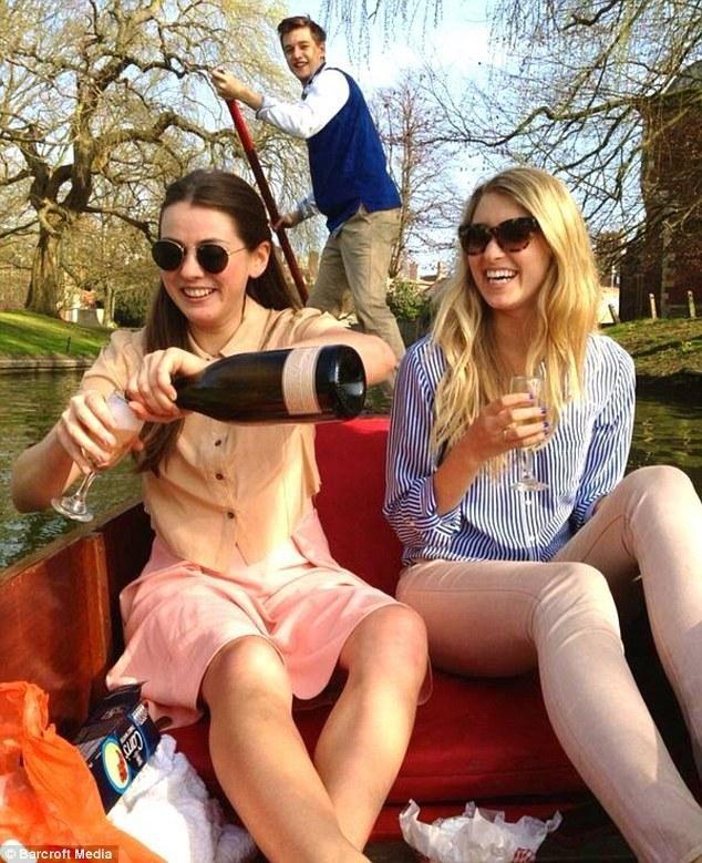"""据英国《每日邮报》3月25日报道,美国女生卡罗琳·卡洛韦在社交媒体""""Instagram""""上发布在英国求学过程中的奇闻异事的图片日志,吸引近30万名粉丝。她还计划将她的求学经历写成一本回忆录。  卡罗琳·卡洛韦出生在纽约,今年23岁,是英国圣埃德蒙学院的学生。说到她大学的生活,她说道:""""我实在是太喜欢剑桥了,在美国我们没有城堡,如果这些老建筑能有一部分转移到美国,那将会成为我们国家最珍贵的宝藏。""""她甚至在著名的""""皮"""