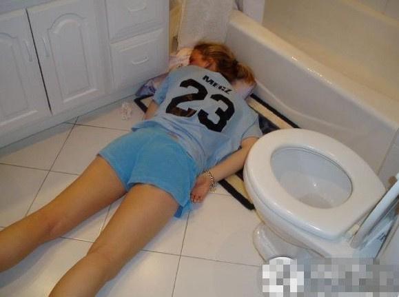 美女被灌醉后睡姿真的很销魂