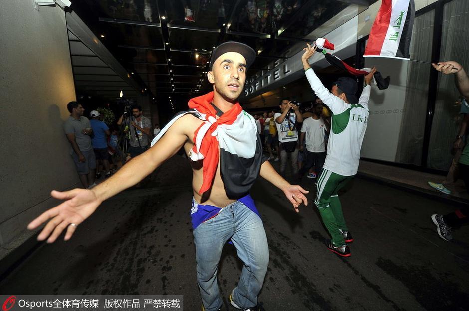 高清图:伊拉克球迷嗨大了 在球队下榻酒店狂欢