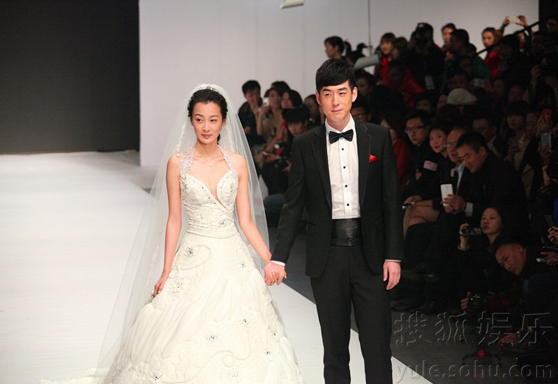 音乐渐起,宛若幸福的开始,身着精心设计的婚纱与礼服出场徐翠翠,刘欢