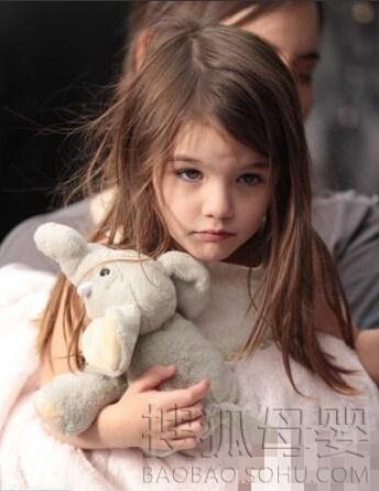 这名超萌的小女孩是一位泰美混血小萝莉名叫